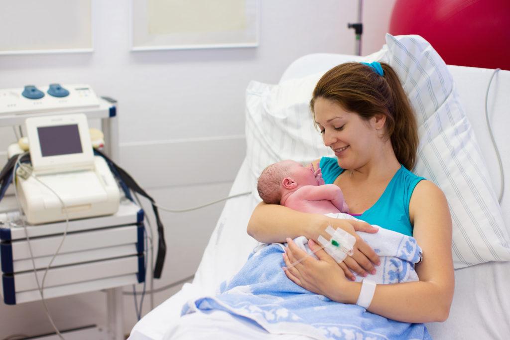 Woman alone when giving birth
